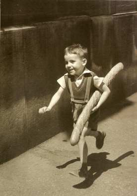 Le petit parisien, photo by Will Ronis, 1952